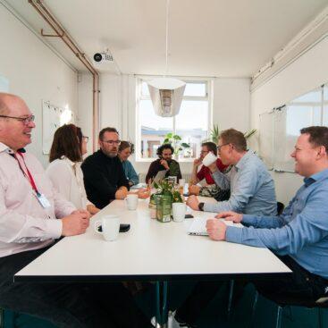 Mødelokalet Lasten med mødedeltagere på Værftet i Køge.