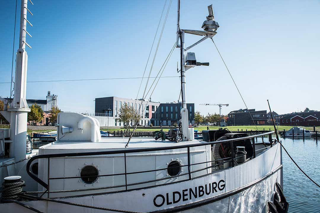 Der er udsigt til den gamle, hyggelige husbåd Oldenburg fra Salen på Værftet