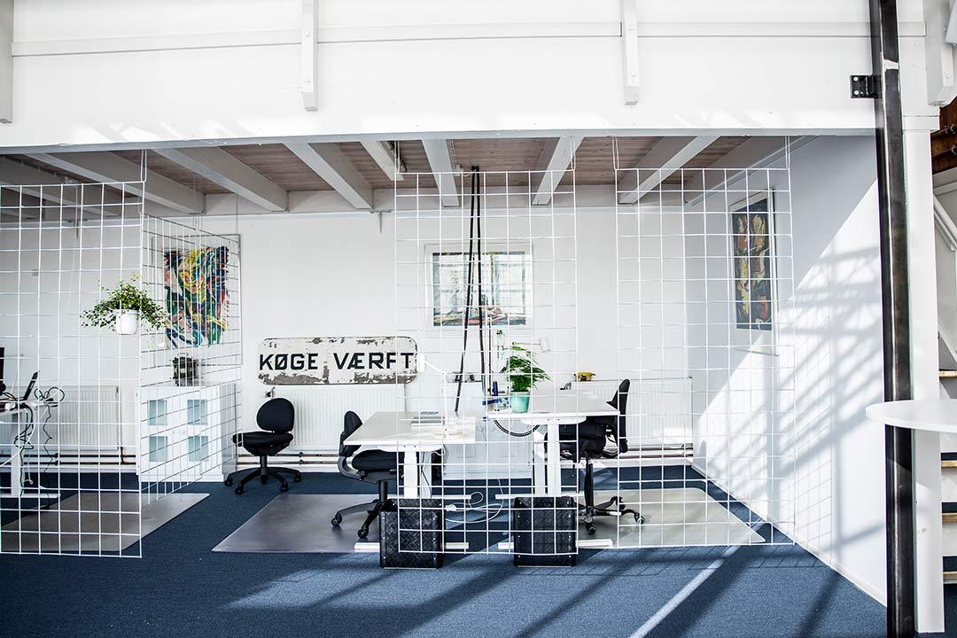 Kontorpladserne på Dækket er lyse, hyggelige og rummelige