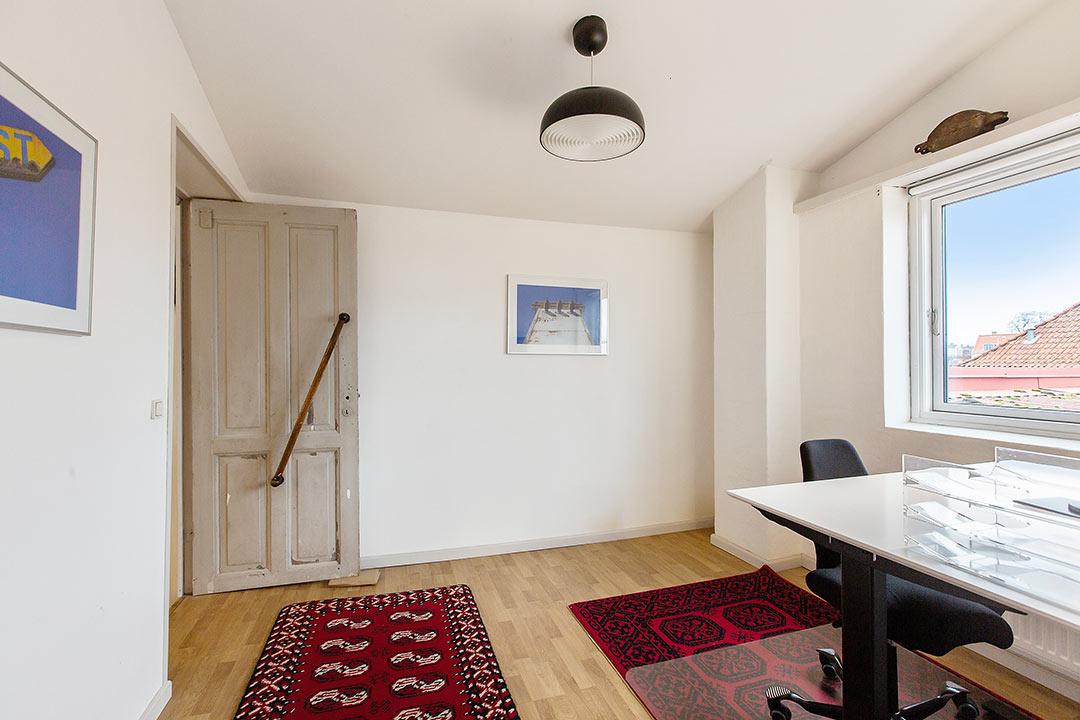 Vores hyggelige Forkontor, med god plads, og udsigt til Strædet og Køge By.