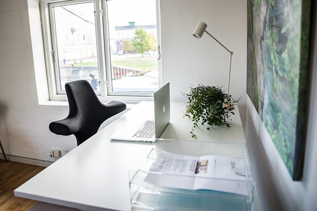 Fra Kontoret er der udsigt til Køge å og brygeriet Braunstein.