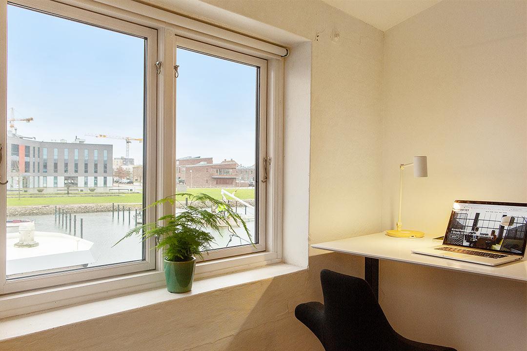 Kontoret har god plads, og fin udsigt over Køge å.