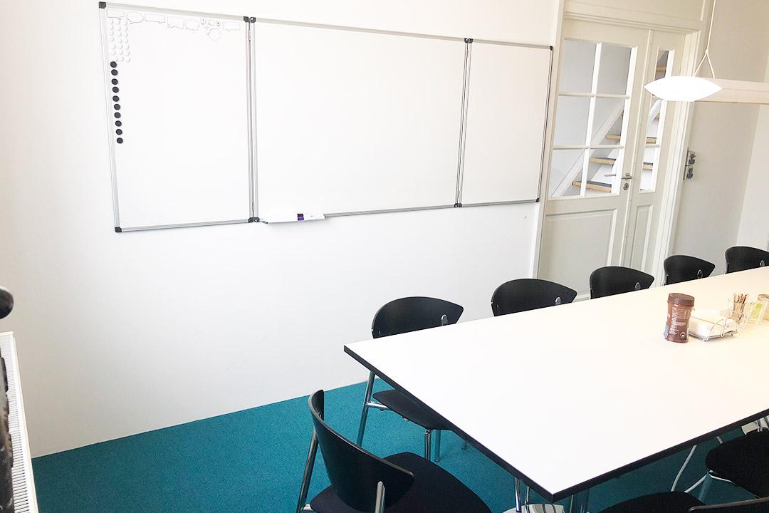 """Mødelokalet """"Lasten"""" på Værftet i Køge har Whiteboard og god belysning."""