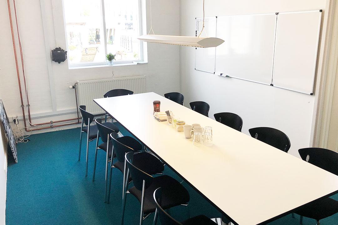 """Mødelokalet """"Lasten"""" på Værftet i Køge har Whiteboard og plads til 12 deltagere."""