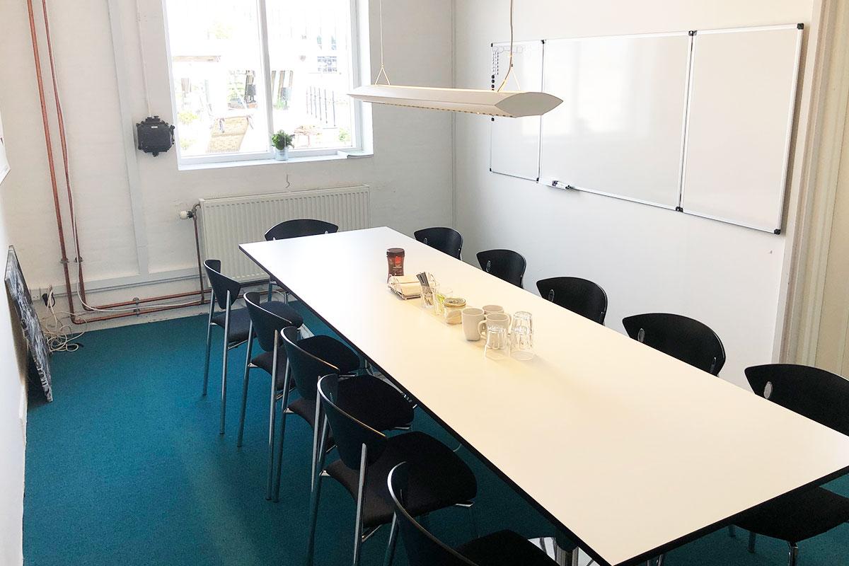 """Mødelokalet """"Lasten"""" på Værftet i Køge har Whiteboard, plads til 12 og udsigt over åen."""